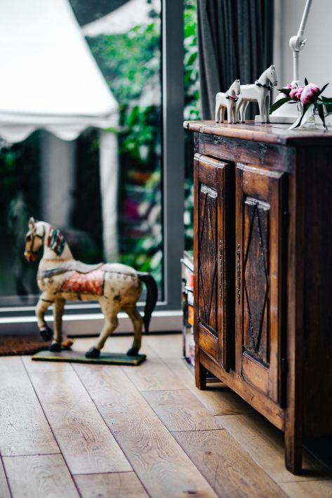kaboompics_Vintage wooden furniture and horse sculptures